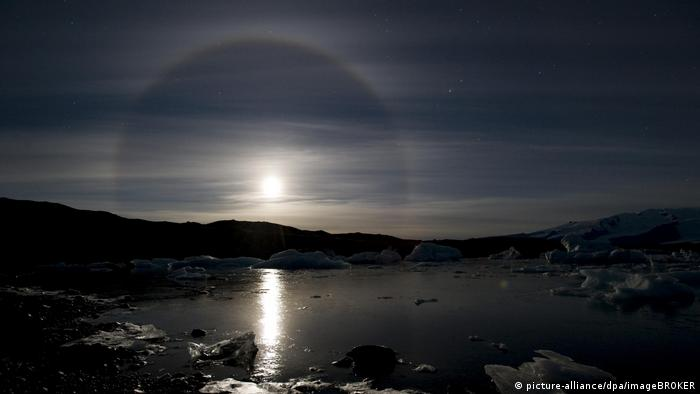 full moon with a halo seen in iceland on the glacier Jökulsárlón, (picture-alliance/dpa/imageBROKER)