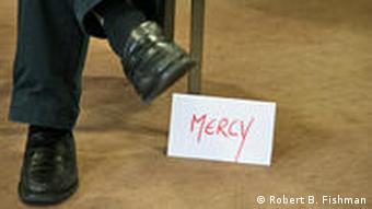 Stuhl Schild Mercy schwarze Schuhe UN Frieden Friedensvermittler Rollenspiel