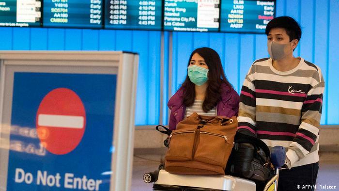 Pasajeros en tránsito en el aeropuerto de Los Angeles, EE. UU.