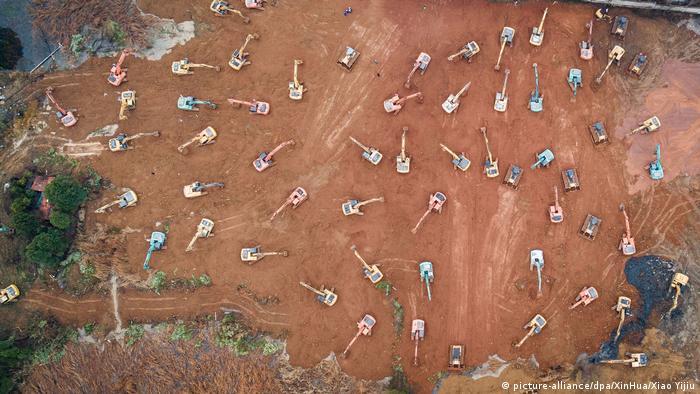 China Coronavirus | Bau eines Krankenhauses in Wuhan (picture-alliance/dpa/XinHua/Xiao Yijiu)