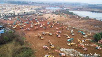 Konstruksi kilat sebuah rumah sakit darurat di pinggir kota Wuhan, Cina.