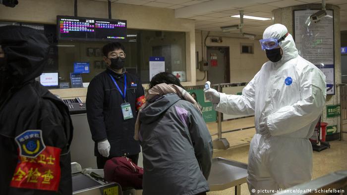 China Peking   Fahrgäste werden mit Thermometer kontrolliert