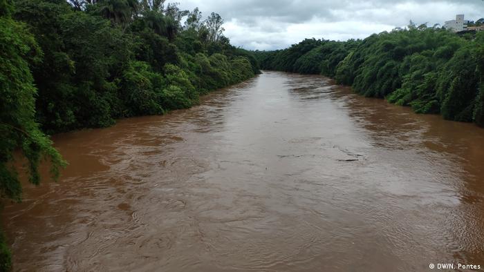 Rio com água de cor marrom