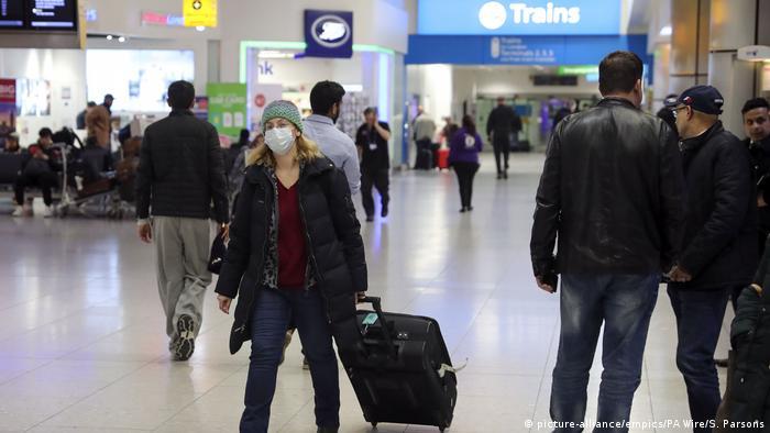 Reino Unido va a imponer un aislamiento obligatorio de 14 días a los viajeros que lleguen del extranjero, con el fin de prevenir la propagación del nuevo coronavirus. Además, se aplicarán controles aleatorios a los viajeros, que podrán ser multados con hasta 1.000 libras (unos 1.100 euros), según la prensa británica (22.05.2020).
