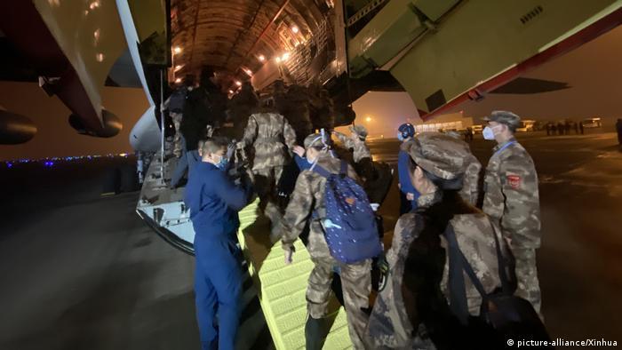China Chongqing Medizinisches Militärpersonal besteigt Flugzeug nach Wuhan