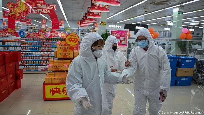 Працівники аптеки в Ухані, місті у Китаї, з якого розпочалося поширення коронавірусу