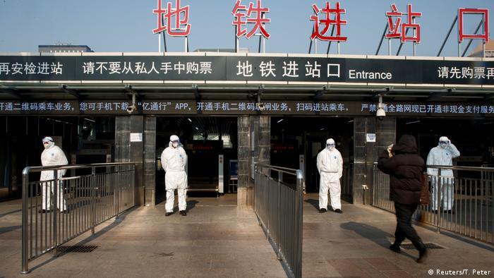 China Peking Arbeiter messen Temperatur der Reisenden vor dem Bahnhof (Reuters/T. Peter)