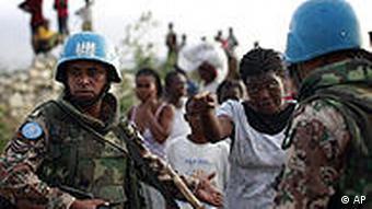 UN-Blauhelmsoldaten sprechen mit einer Haitianerin (Foto: AP)
