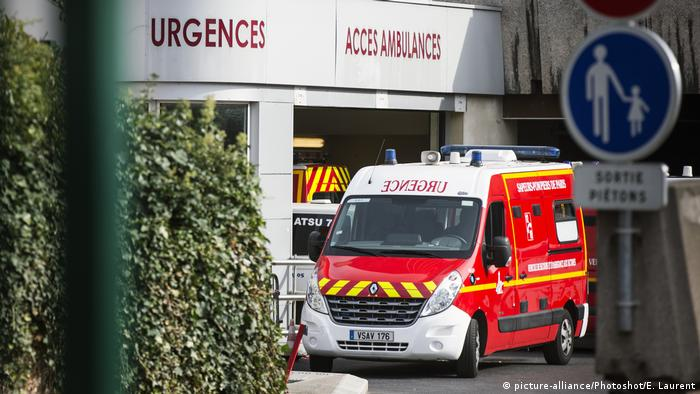 An ambulance outside a Paris hospital (picture-alliance/Photoshot/E. Laurent)
