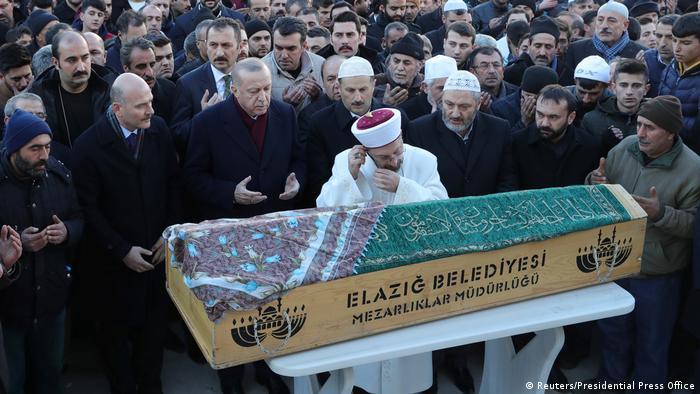 Türkei | Präsident Erdogn nimmt an der Beerdigung eines der Erdbebenopfer von Elazig teil
