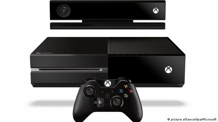 Die Spielkonsole Xbox One mit Zubehör (picture alliance/dpa/Microsoft)