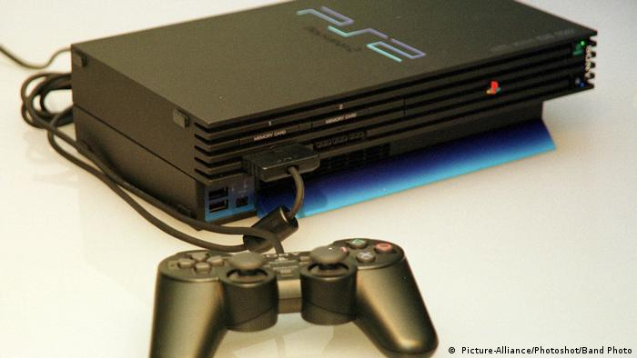 Die Spielkonsole Playstation 2 ( Picture-Alliance/Photoshot/Band Photo)