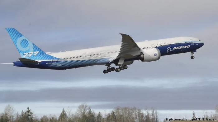Літак Boeing 777-9 під час першого тестового польоту