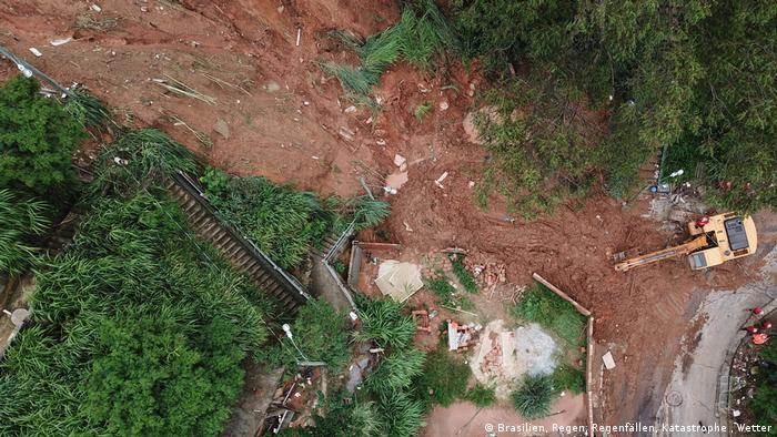 Rescue workers search for five victims buried by a landslide in Belo Horizonte (Getty Images/AP/Douglas Magno)