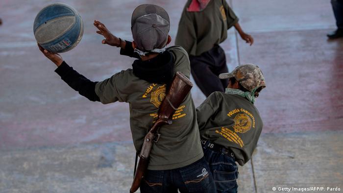 BdTD Mexiko Kinder spielen in Selbstverteidigungsschule Basketball (Getty Images/AFP/P. Pardo)
