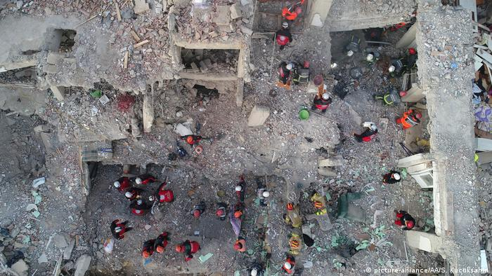 Работы по поиску жертв землетрясения на востоке Турции