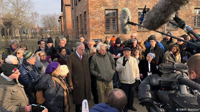 Auschwitz-Überlebende werden am 75. Jahrestag der Befreiung des Vernichtungslagers in Gedenkstätte von Journalisten befragt, deren Kameras und Mikrofone rechts im Bild zu sehen sind