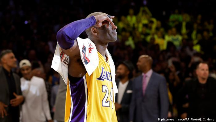 Bryant salutes the fans during his last-ever game (picture-alliance/AP Photo/J. C. Hong)