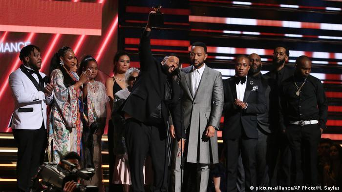 DJ Khaled, John Legend e familiares de Nipsey Hussle no palco do Grammy 2020