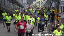 Participants run during the Hong Kong Marathon in Hong Kong on January 21, 2018. / AFP PHOTO / VIVEK PRAKASH (Photo credit should read VIVEK PRAKASH/AFP via Getty Images)