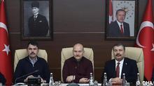 Drei türkische Minister bei einer Pressekonferenz zum Erdbeben in Elazıg: (von links) Umweltminister Murat Kurum, Innenminister Süleyman Soylu und Gesundheitsminister Fahrettin Koca.