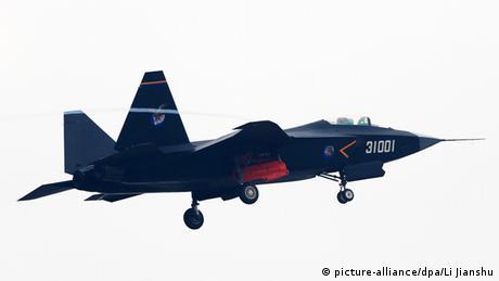 China Tarnkappenbomber Guying J-31 (picture-alliance/dpa/Li Jianshu)