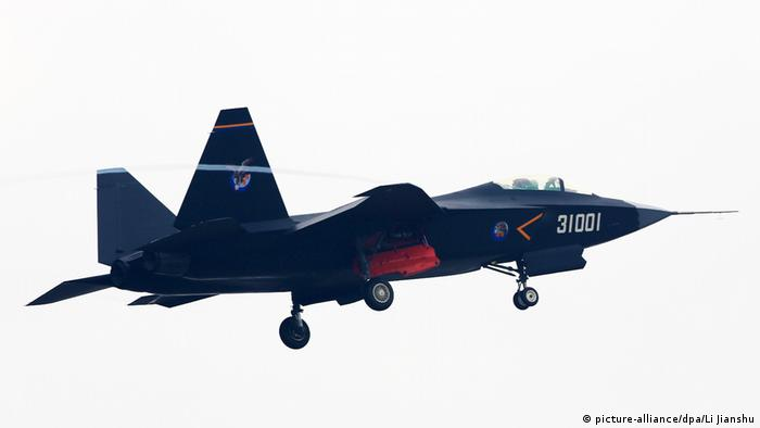 China Tarnkappenbomber Guying J-31 (picture-alliance/dpa/Li Jianshu)