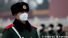 China Coronavirus Offizier mit Atemmaske in Beijing