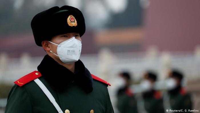Aparat mengenakan masker pernapasan di Beijing, Cina (Reuters/C. G. Rawlins)