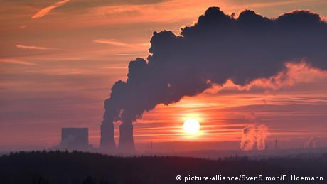 A power plant churning out pollution at sunset (picture-alliance/dpa/F. Hoemann)