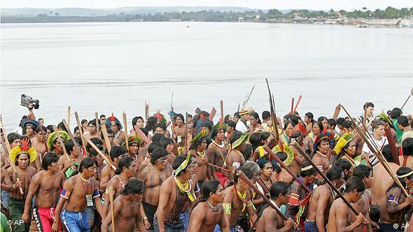 Indigene demonstrieren am 23. Mai 2008 am Ufer des Flusses Xingu gegen den geplanten Belo Monte-Staudamm (AP Photo/Andre Penner)