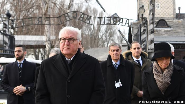 Frank-Walter Steinmeier walking through the gate at Auschwitz (picture-alliance/dpa/B. Pedersen)
