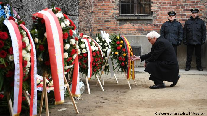 Steinmeier laying wreath at Death Wall (picture-alliance/dpa/B. Pedersen)