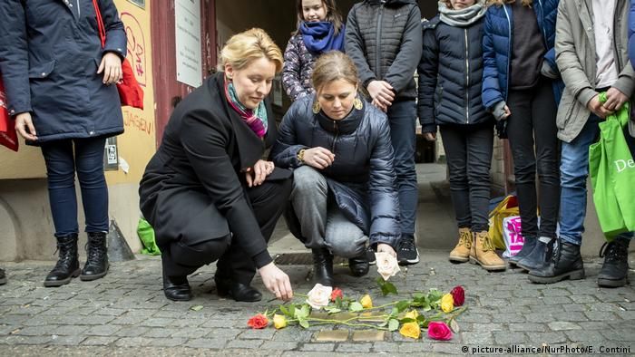 Family Miniter Franziska Giffey laying flowers with Greens councillor Clara Herrmann (picture-alliance/NurPhoto/E. Contini)