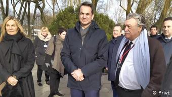 Ο Κυριάκος Μητσοτάκης μαζί με τη σύζυγό του Μαρέβα Γκραμπόφσκι και τον πρόεδρο του Κεντρικού Ισραηλιτικού Συμβουλίου Δαυίδ Σαλτίελ στο Αούσβιτς