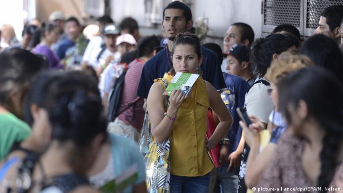 Foto de personas gestionando sus papeles migratorios en EE.UU.