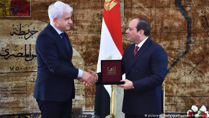 هانز يواخيم فراي، رئيس دار زمبر أوبر في مدينة درسدن الألمانية، أثناء منح وسام القديس جورج للرئيس المصري عبد الفتاح السيسي.