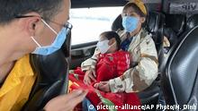 People wear masks on a bus in Quang Ninh province, Vietnam Tuesday, Jan. 28, 2018. China on Tuesday reported 25 more deaths from a new viral disease, as the U.S. government prepared to fly Americans out of the city at the center of the outbreak. (AP Photo/Hau Dinh) |