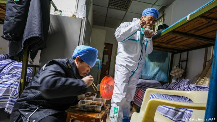 Trabajadores del hospital de Wuhan se toman una pausa para comer. No tienen mucho tiempo para descansar por estos días.