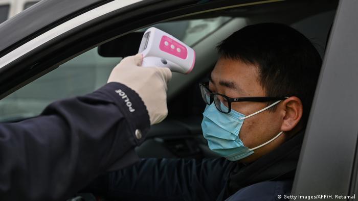Quien se atreve a salir de casa pese al peligro de contagio debe someterse a controles estrictos para determinar si presenta síntomas de la neumonía causada por el coronavirus.