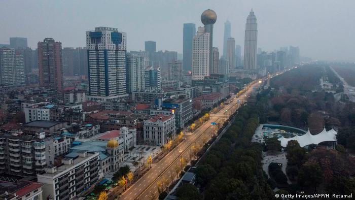 Из-за вспышки коронавируса отдельные города в Китае фактически оказались отрезаны от внешнего мира. Магазины, рестораны и кинотеатры прекратили работу. Ожидается, что связанный с этим спад потребления будет иметь негативные последствия для китайской экономики.