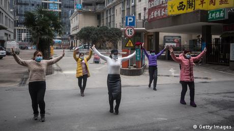 Próby zachowania normalności w mieście/ Wuhan (Getty Images)