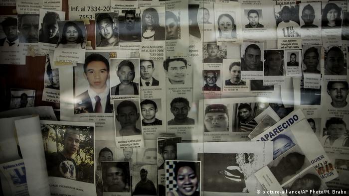 Foto de mural con imágenes de personas desaparecidas.