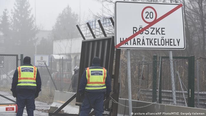 Ungarische Polizisten an der Grenze zwischen Röszke und dem serbischen Horgos (Foto: picture-alliance/AP Photo/MTI/Z. Gergely Kelemen)
