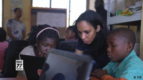 Estudantes a pesquisar online em sala de aula