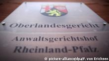ARCHIV - 19.10.2012, Rheinland-Pfalz, Koblenz: Das Türschild des Oberlandesgericht in Koblenz. Ein Mann, der mit dem abgetrennten Kopf eines Kriegsgegners posiert haben soll, steht am Dienstag (28.01.2020) vor dem Oberlandesgericht (OLG) Koblenz. Die Generalstaatsanwaltschaft Koblenz wirft ihm dies als Kriegsverbrechen vor. Foto: Fredrik von Erichsen/dpa +++ dpa-Bildfunk +++ | Verwendung weltweit