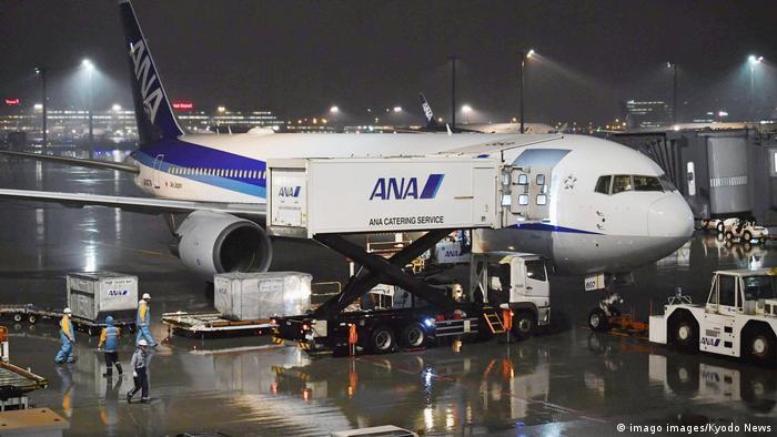 Evakuasi warga negara Jepang (imago images/Kyodo News)