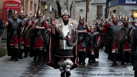 BdTD - Up Helly Aa Viking Festival auf den Shetlandinseln (picture-alliance/PA Wire/A. Milligan)