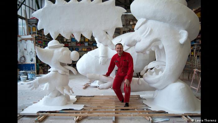Jacque Tilly in seiner Werkstatt, umgeben von Figuren, die noch nicht bemalt sind. Schloss Oberhausen Ludwiggalerie Ausstellung Jacques Tilly (Laura Thorenz)