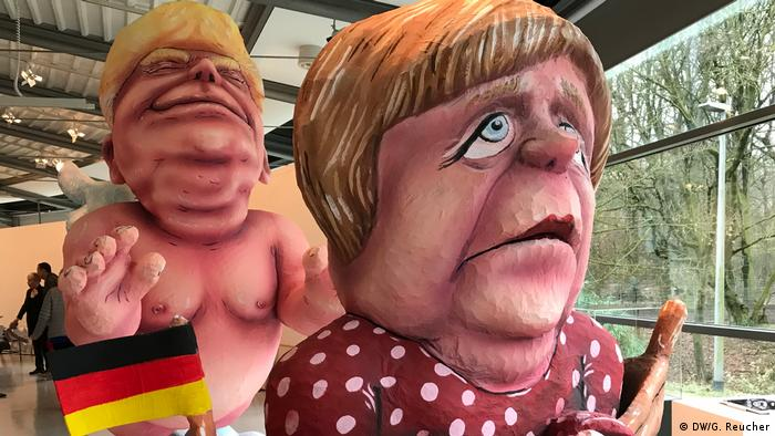 Überdimensionale Karnevalsfiguren Donald Trump und Angela Merkel.Schloss Oberhausen Ludwiggalerie Ausstellung Jacques Tilly (DW/G. Reucher)